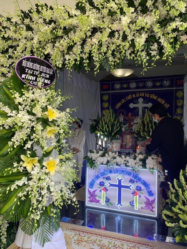 NS Hoài Linh lần đầu lộ diện sau 4 tháng ở ẩn, tiều tuỵ thấy rõ trong tang lễ bố ruột vừa qua đời tại Việt Nam-2