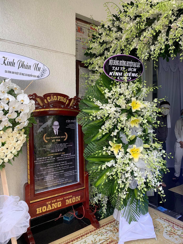 NS Hoài Linh lần đầu lộ diện sau 4 tháng ở ẩn, tiều tuỵ thấy rõ trong tang lễ bố ruột vừa qua đời tại Việt Nam-3