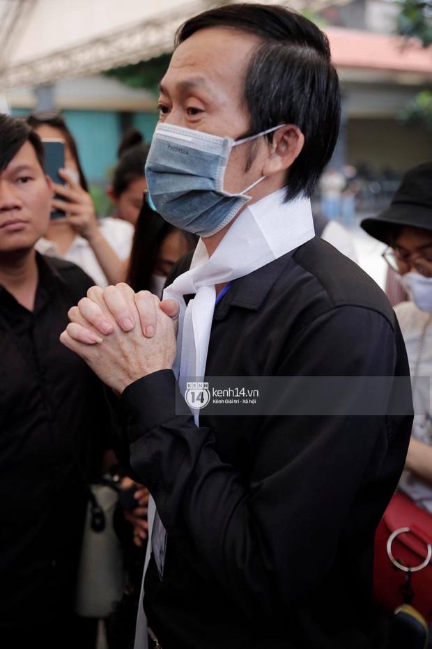 NS Hoài Linh lần đầu lộ diện sau 4 tháng ở ẩn, tiều tuỵ thấy rõ trong tang lễ bố ruột vừa qua đời tại Việt Nam-5