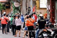 Cảnh mua người bán tấp nập trở lại ở Sài Gòn, dù chờ đồ cả tiếng nhưng cũng không có một tiếng giục hối