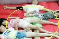 Bức ảnh bố và 3 con gái nằm ngủ trông rất đáng yêu nhưng mẹ ngay lập tức tách phòng