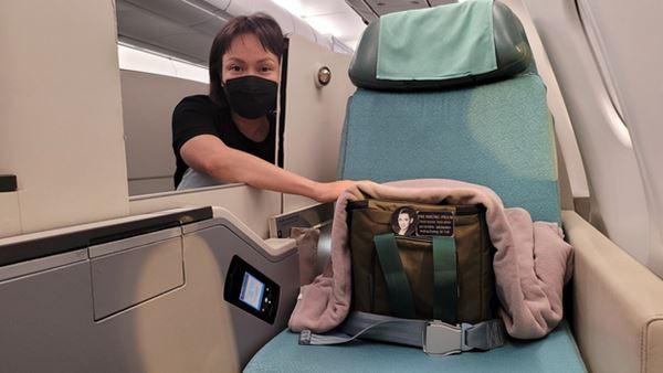 3 việc Việt Hương làm gây xúc động mạnh trên chuyến bay đưa tro cốt Phi Nhung từ Việt Nam về Mỹ đoàn tụ gia đình-4