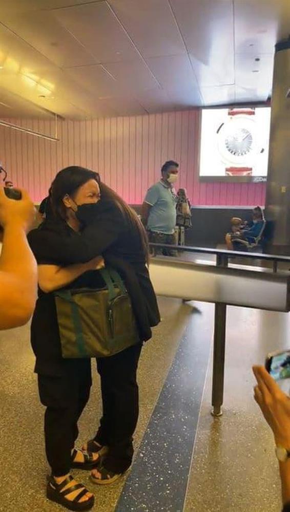 3 việc Việt Hương làm gây xúc động mạnh trên chuyến bay đưa tro cốt Phi Nhung từ Việt Nam về Mỹ đoàn tụ gia đình-5