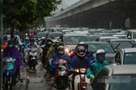 Hà Nội đã tắc đường còn mưa to, nhiều nơi phải 'rẽ sóng' đi làm