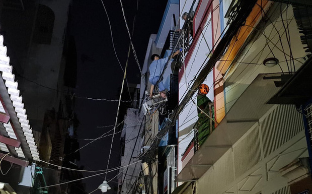 Người đàn ông nghi ngáo đá leo lên cột điện gần 10m rồi rơi tự do xuống đất-2
