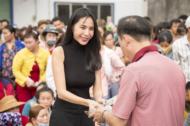 Hoài Linh, Thủy Tiên làm từ thiện ở Huế: Chúng tôi đề nghị phối hợp với mặt trận tỉnh để trao tiền nhưng họ không đồng ý-1