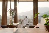 Cặp vợ chồng trẻ tạo không gian nhà vườn xanh mát giữa đồi núi mênh mông