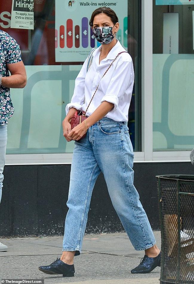 Katie Holmes đúng là nghiện quần jeans, cô có loạt cách mix chuẩn sành điệu cho nàng 30+-1