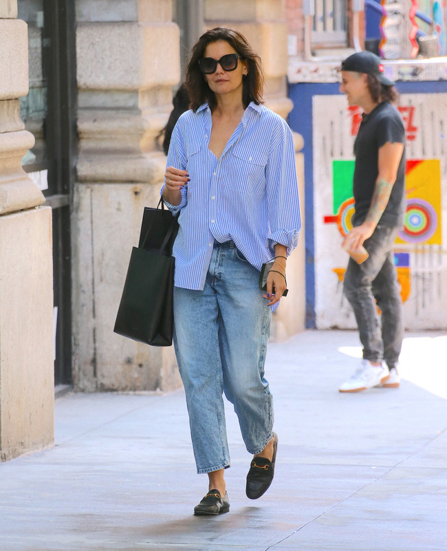 Katie Holmes đúng là nghiện quần jeans, cô có loạt cách mix chuẩn sành điệu cho nàng 30+-2