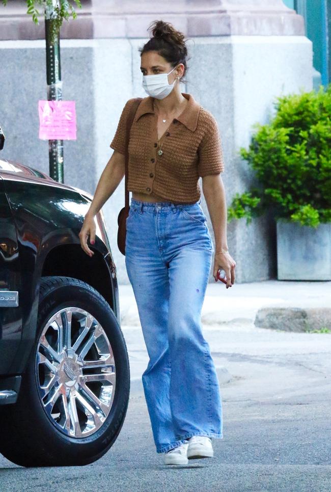Katie Holmes đúng là nghiện quần jeans, cô có loạt cách mix chuẩn sành điệu cho nàng 30+-4