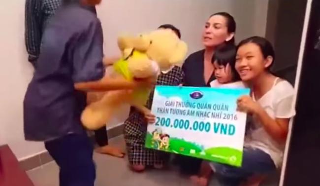 Clip Hồ Văn Cường trao 200 triệu cho Phi Nhung gây giật mình, là giải thưởng của Quán quân Vietnam Idol Kids-4