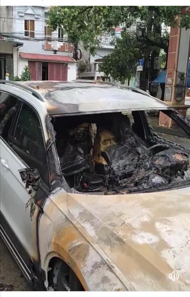 Xôn xao câu chuyện chồng ngoại tình, vợ gọi về không được nên đốt cháy xe hơi 2 tỷ tại Quảng Ninh: Nhìn hiện trường chiếc xe mà tất cả lắc đầu ngao ngán-2