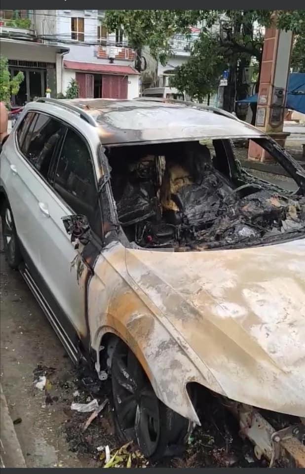 Xôn xao câu chuyện chồng ngoại tình, vợ gọi về không được nên đốt cháy xe hơi 2 tỷ tại Quảng Ninh: Nhìn hiện trường chiếc xe mà tất cả lắc đầu ngao ngán-3