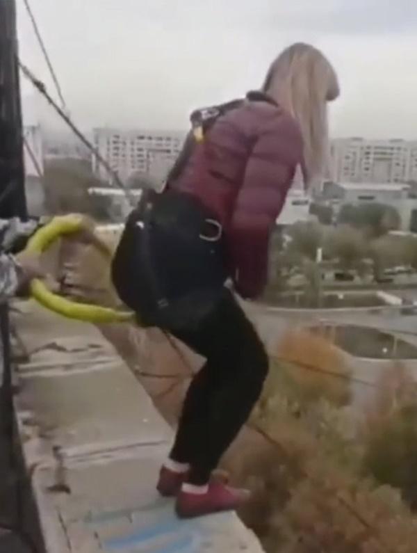Video: Người phụ nữ nhảy bungee từ tầng thượng tòa nhà nhưng dây an toàn bị đứt, khoảnh khắc cuối cùng gây xót xa-1