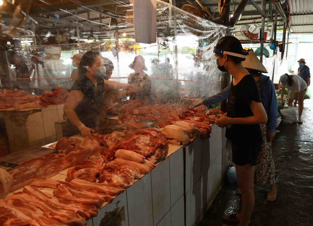 Giá lợn hơi chạm đáy, thịt lợn ở chợ và siêu thị vẫn đứng im-2