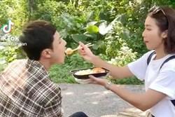 11 tháng 5 ngày: Khả Ngân tình tứ bón cho Thanh Sơn ăn trong hậu trường, bảo sao fan không đẩy thuyền