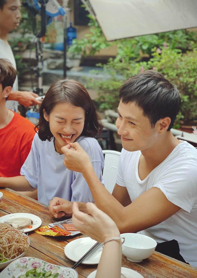 11 tháng 5 ngày: Khả Ngân tình tứ bón cho Thanh Sơn ăn trong hậu trường, bảo sao fan không đẩy thuyền-5