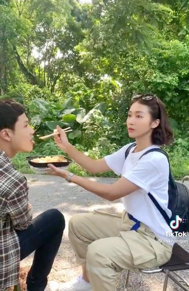 11 tháng 5 ngày: Khả Ngân tình tứ bón cho Thanh Sơn ăn trong hậu trường, bảo sao fan không đẩy thuyền-2