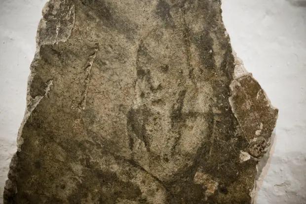 Xây nhà trên phần đất mộ tập thể của tử tù 700 năm trước, gia đình run cầm cập khi liên tục phát hiện cảnh rợn người, cứ xóa lại có-1