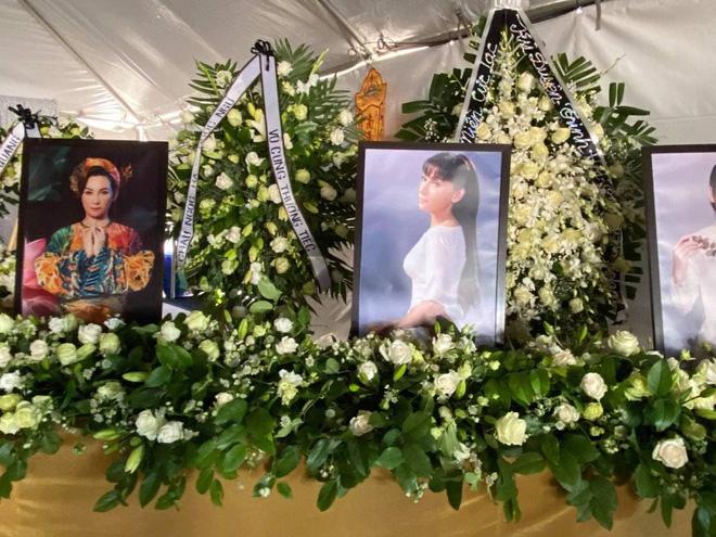 Tang lễ cố ca sĩ Phi Nhung ở Mỹ: Việt Hương khóc nức nở trong vòng tay Wendy Phạm, tiết lộ di nguyện cuối cùng của cố nghệ sĩ-54