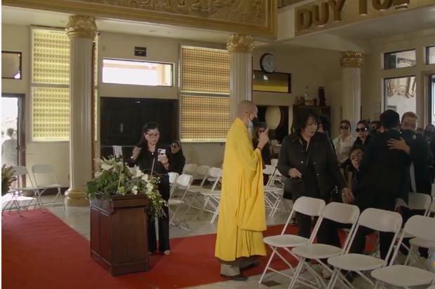 Tang lễ cố ca sĩ Phi Nhung ở Mỹ: Việt Hương khóc nức nở trong vòng tay Wendy Phạm, tiết lộ di nguyện cuối cùng của cố nghệ sĩ-67