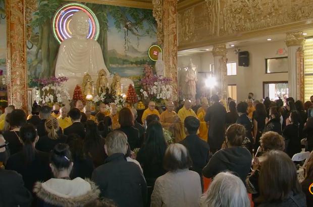 Tang lễ cố ca sĩ Phi Nhung ở Mỹ: Việt Hương khóc nức nở trong vòng tay Wendy Phạm, tiết lộ di nguyện cuối cùng của cố nghệ sĩ-66