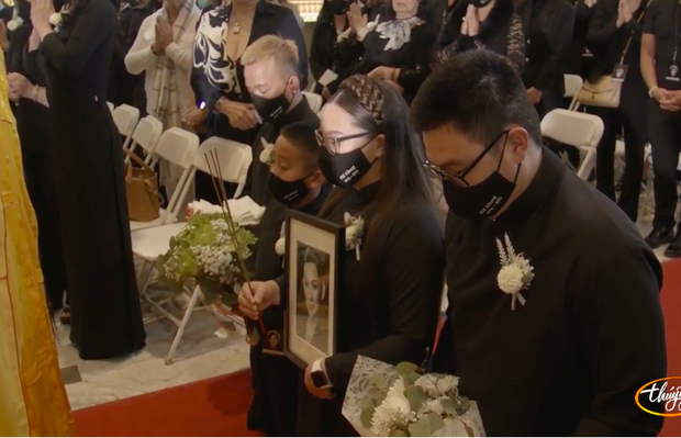 Tang lễ cố ca sĩ Phi Nhung ở Mỹ: Việt Hương khóc nức nở trong vòng tay Wendy Phạm, tiết lộ di nguyện cuối cùng của cố nghệ sĩ-61