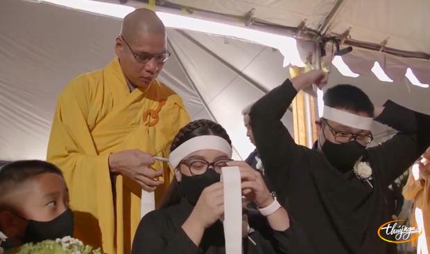 Tang lễ cố ca sĩ Phi Nhung ở Mỹ: Việt Hương khóc nức nở trong vòng tay Wendy Phạm, tiết lộ di nguyện cuối cùng của cố nghệ sĩ-49