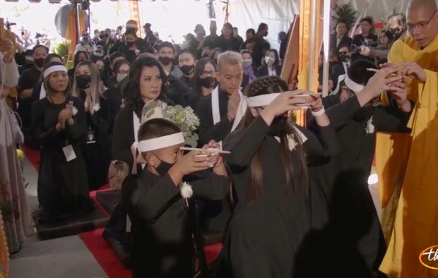 Tang lễ cố ca sĩ Phi Nhung ở Mỹ: Việt Hương khóc nức nở trong vòng tay Wendy Phạm, tiết lộ di nguyện cuối cùng của cố nghệ sĩ-50