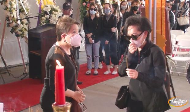 Tang lễ cố ca sĩ Phi Nhung ở Mỹ: Việt Hương khóc nức nở trong vòng tay Wendy Phạm, tiết lộ di nguyện cuối cùng của cố nghệ sĩ-37
