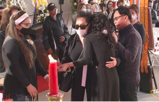 Tang lễ cố ca sĩ Phi Nhung ở Mỹ: Việt Hương khóc nức nở trong vòng tay Wendy Phạm, tiết lộ di nguyện cuối cùng của cố nghệ sĩ-39