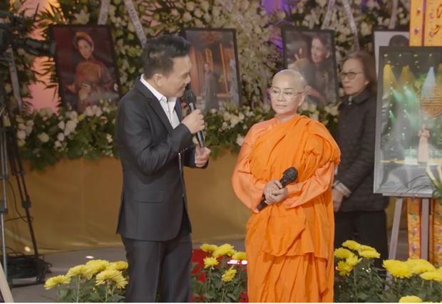 Tang lễ cố ca sĩ Phi Nhung ở Mỹ: Việt Hương khóc nức nở trong vòng tay Wendy Phạm, tiết lộ di nguyện cuối cùng của cố nghệ sĩ-33