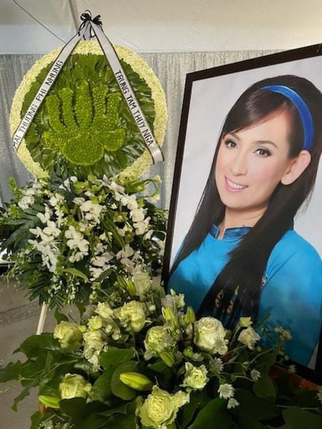 Tang lễ cố ca sĩ Phi Nhung ở Mỹ: Việt Hương khóc nức nở trong vòng tay Wendy Phạm, tiết lộ di nguyện cuối cùng của cố nghệ sĩ-56