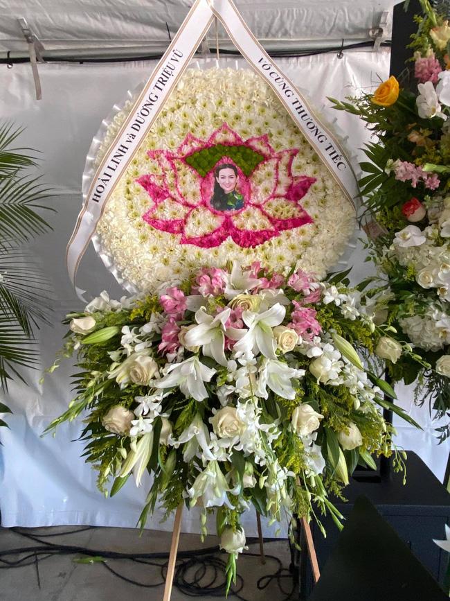 Im lặng suốt thời gian qua, NS Hoài Linh đã có động thái này trong lễ tang của ca sĩ Phi Nhung tại Mỹ-1