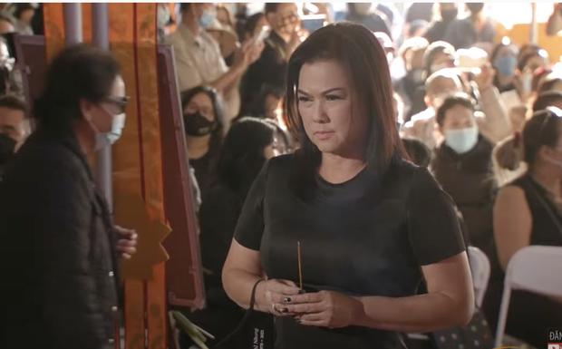 Tang lễ cố ca sĩ Phi Nhung ở Mỹ: Việt Hương khóc nức nở trong vòng tay Wendy Phạm, tiết lộ di nguyện cuối cùng của cố nghệ sĩ-17