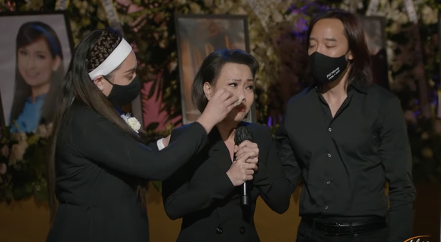 Tang lễ cố ca sĩ Phi Nhung ở Mỹ: Việt Hương khóc nức nở trong vòng tay Wendy Phạm, tiết lộ di nguyện cuối cùng của cố nghệ sĩ-12