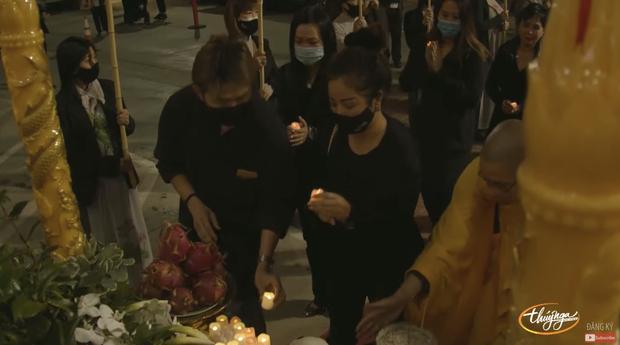 Tang lễ cố ca sĩ Phi Nhung ở Mỹ: Việt Hương khóc nức nở trong vòng tay Wendy Phạm, tiết lộ di nguyện cuối cùng của cố nghệ sĩ-4