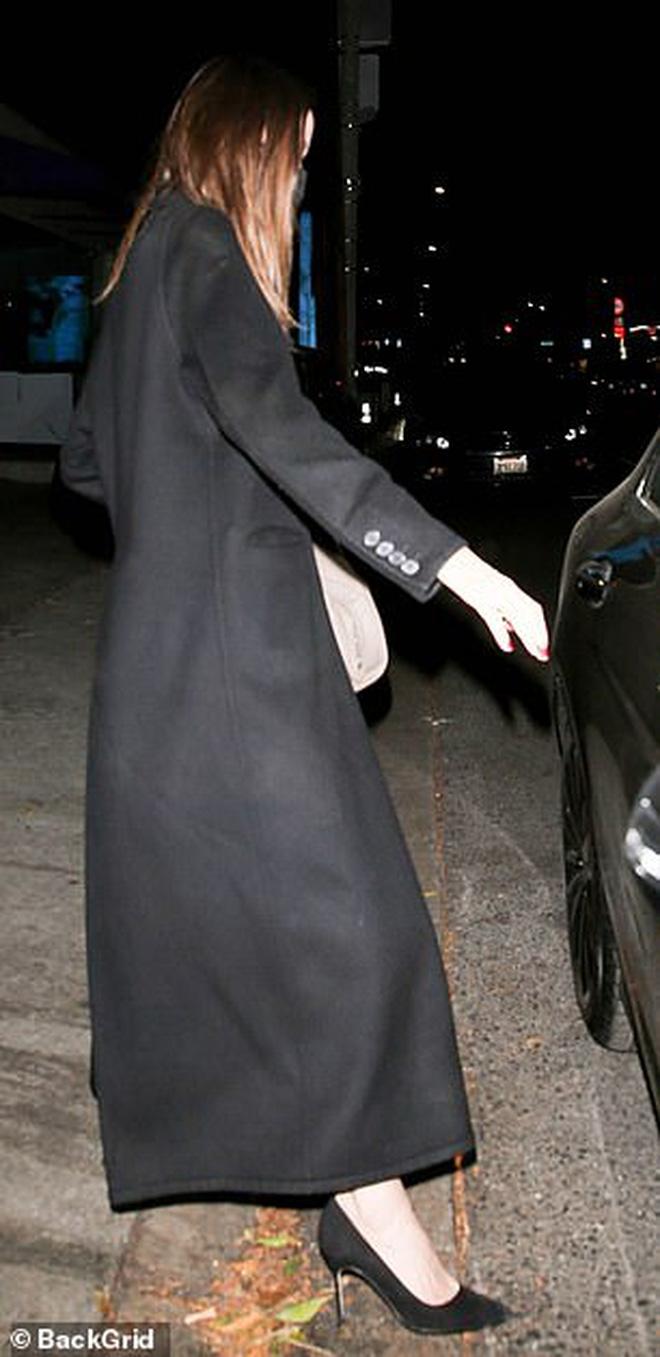 Angelina Jolie lại đi hẹn hò với chồng cũ, lộ ảnh trong xe làm dân tình rần rần: Liệu có tái hợp sau 20 năm?-5