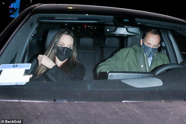 Angelina Jolie lại đi hẹn hò với chồng cũ, lộ ảnh trong xe làm dân tình rần rần: Liệu có tái hợp sau 20 năm?-1