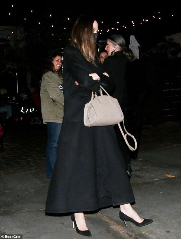Angelina Jolie lại đi hẹn hò với chồng cũ, lộ ảnh trong xe làm dân tình rần rần: Liệu có tái hợp sau 20 năm?-3