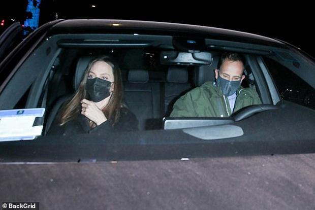 Angelina Jolie lại đi hẹn hò với chồng cũ, lộ ảnh trong xe làm dân tình rần rần: Liệu có tái hợp sau 20 năm?-2