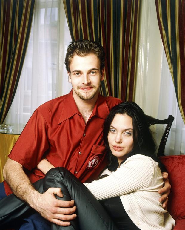 Angelina Jolie lại đi hẹn hò với chồng cũ, lộ ảnh trong xe làm dân tình rần rần: Liệu có tái hợp sau 20 năm?-10