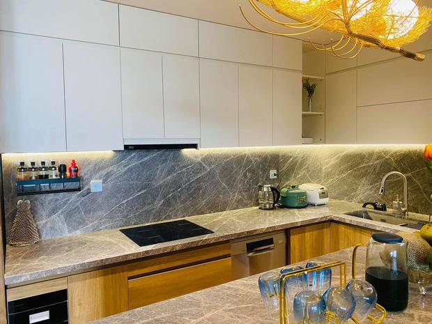 Dân mạng khen hết lời căn bếp có hệ thống tủ giấu sạch đồ đạc: Gọn gàng, thoáng mát và lúc nào cũng sạch đẹp như mới-3