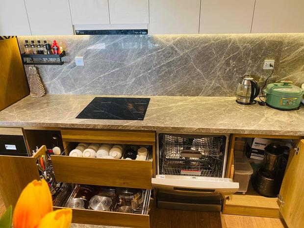 Dân mạng khen hết lời căn bếp có hệ thống tủ giấu sạch đồ đạc: Gọn gàng, thoáng mát và lúc nào cũng sạch đẹp như mới-4