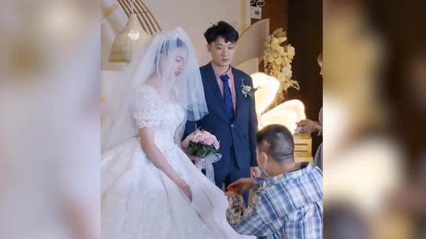 """Phù rể đột ngột quỳ xuống cầu hôn cô dâu trong đám cưới, toàn bộ quan khách ngây người thắc mắc kịch bản ngang trái gì đây?""""-1"""