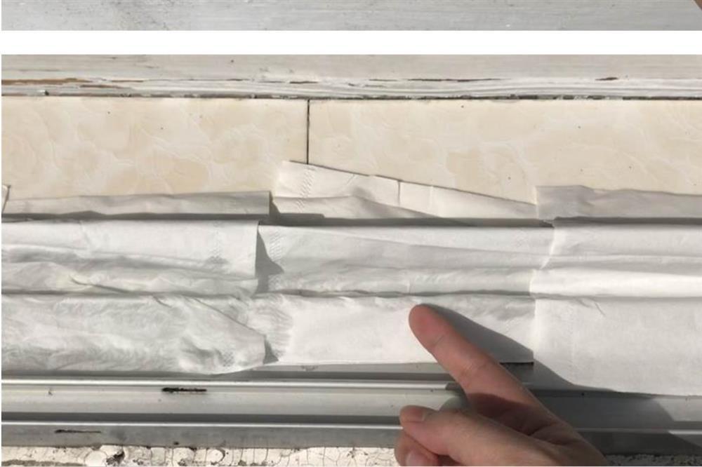 Rắc một nắm muối và đặt mảnh giấy ở bệ cửa sổ sẽcó tác dụng bất ngờ, giúptiết kiệm được nhiều tiền mỗi năm-3