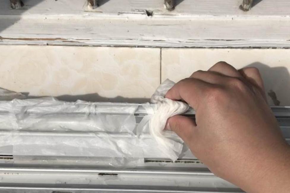 Rắc một nắm muối và đặt mảnh giấy ở bệ cửa sổ sẽcó tác dụng bất ngờ, giúptiết kiệm được nhiều tiền mỗi năm-6