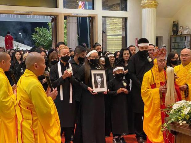 Con gái ruột Phi Nhung nói lời cảm tạ, rất xúc động vì 1 điều sau tang lễ của mẹ-8