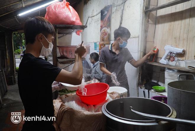 Từ sáng sớm, người dân Hà Nội phấn khởi rủ nhau đi ăn phở, nhâm nhi chút lạnh cuối Thu sau hơn 80 ngày chờ đợi-3