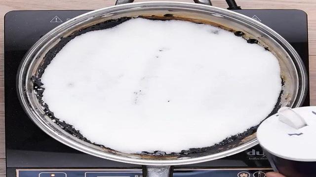 Không cần cọ rửa, chảo cháy khét, bám đen đến mấy cũng sạch bong, sáng bóng nhờ cách cực dễ này-1